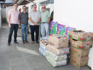 """Organização do """"Desafio 28 Praias"""" entrega doações arrecadadas ao município"""